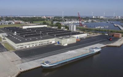 Eerste schip aan nieuwe kade van J. Wildeman Storage & Logistics